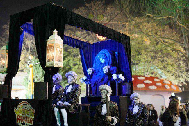 Die gesammte Zombieparade wird überwacht von der schwarzen Kaiserin