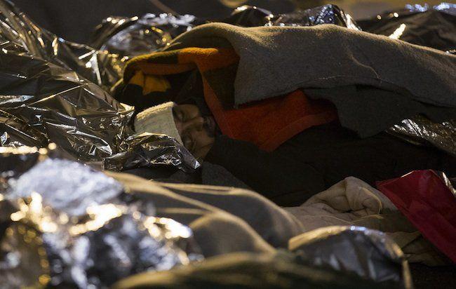 Flüchtlinge nächtigen im Sammelzentrum an der Slowenisch-Österreichischen Grenze im Gebiet von Spielfeld