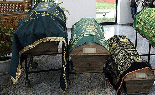 Die Särge der Verstorbenen am Mittwoch auf dem Islamischen Friedhof in Wien-Liesing