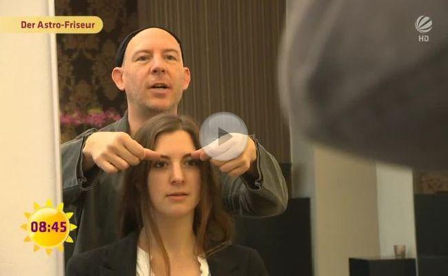 Der Astro-Friseur berät die Kunden nach ihren Sternzeichen.