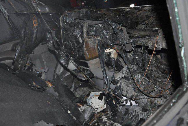Eines der stark beschädigten Autos.