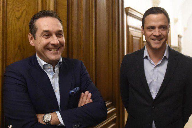 Gut gelaunt zeigen sich FPÖ-Chef Heinz-Christian Strache und FPÖ-Klubchef Johann Gudenus nach dem Parteiengespräch.