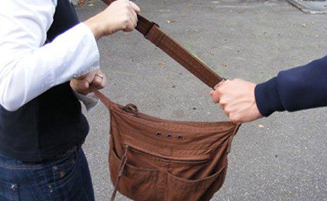 Weil die junge Frau ihre Tasche nicht hergeben wollte, schlug der Täter zu.