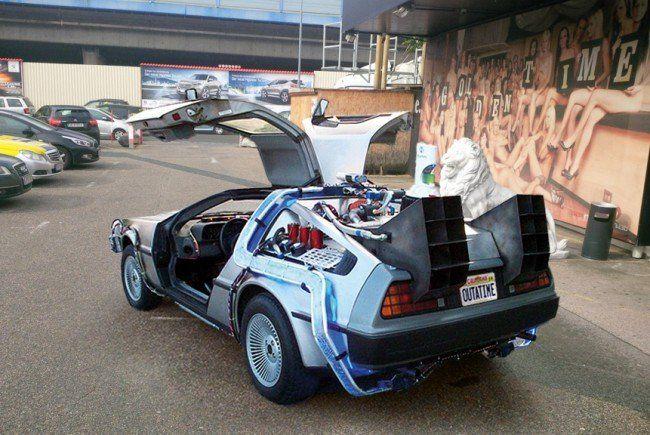 Marty McFly's DeLorean vor einem Wiener Saunaclub.