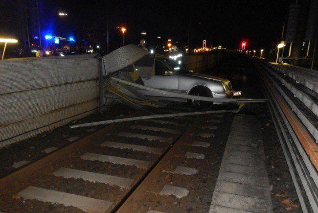 Das Auto blieb nach dem Unfall auf den Geleisen der U6 stehen.