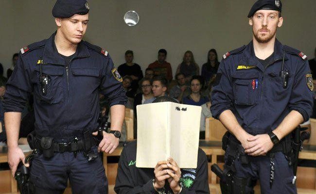 Der Angeklagte soll einem Mann in Notwehr die Kehle durchgeschnitten haben.