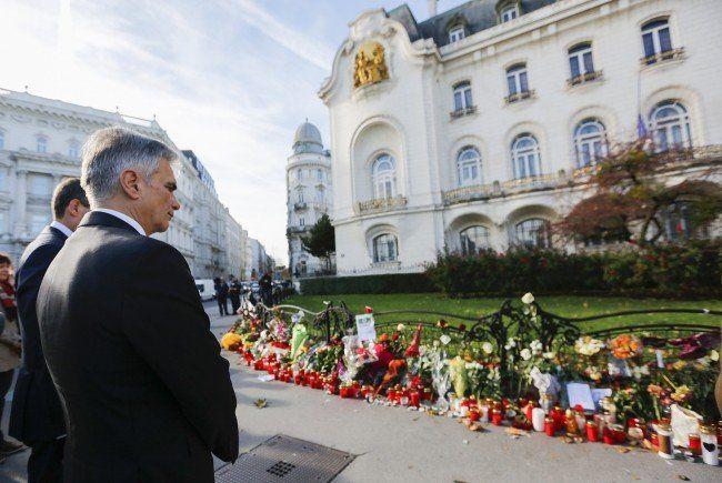 Bundeskanzler Werner Faymann sagt Frankreich im Kampf gegen den Terror Hilfe zu,