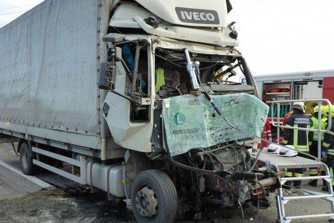 Einer der LKW nach dem Unfall auf der A2.