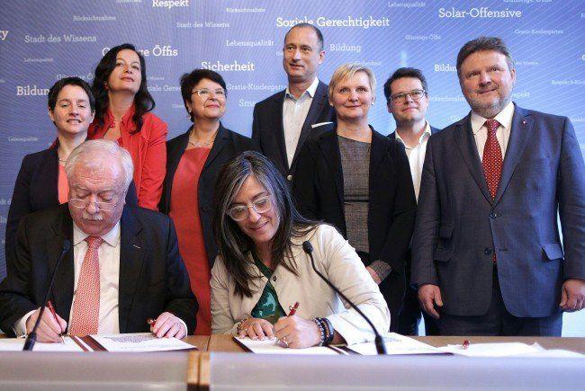 Häupl und Vassilakou bei der Unterzeichnung.