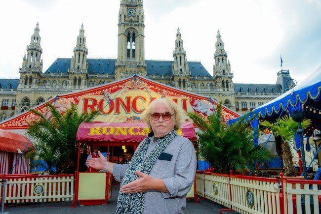 Circus-Gründer Bernhard Paul vor dem Rathausplatz-Zelt.