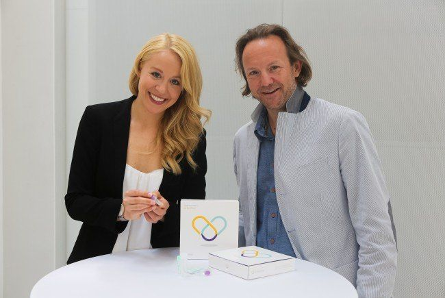 Mitgründer Bianca Gfrei und Dr.med. Roland Fuschelberger präsentieren den Selbsttest