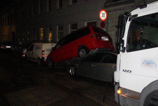Zwei Autos übereinander gab es in Wien-Liesing zu sehen.