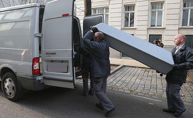 Am Tatort in Wien-Brigittenau: Abtransport der Leiche