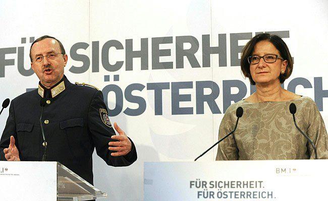 NÖ-Landespolizeidirektor Franz Prucher und Innenministerin Johanna Mikl-Leitner (ÖVP) bei der Perssekonferenz