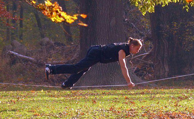 Slackliner nutzten im Prater die derzeit wunderschönen Herbsttage