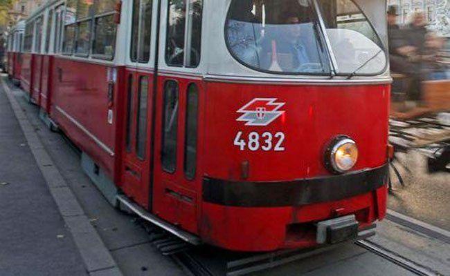 Die Frau ist offenbar bei Rot vor die Straßenbahn gelaufen.