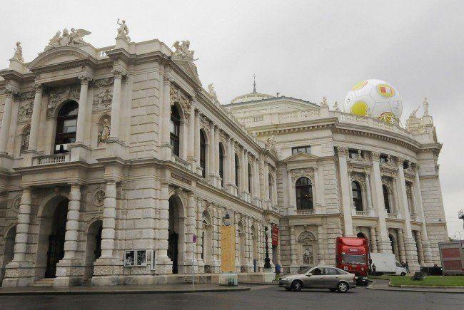 Während der Fußball-EM 2008 prangte ein Telekom Austria-Ball auf dem Wiener Burgtheater
