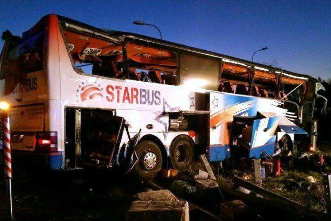 Schwerer Busunfall forderte Schwerverletzte.