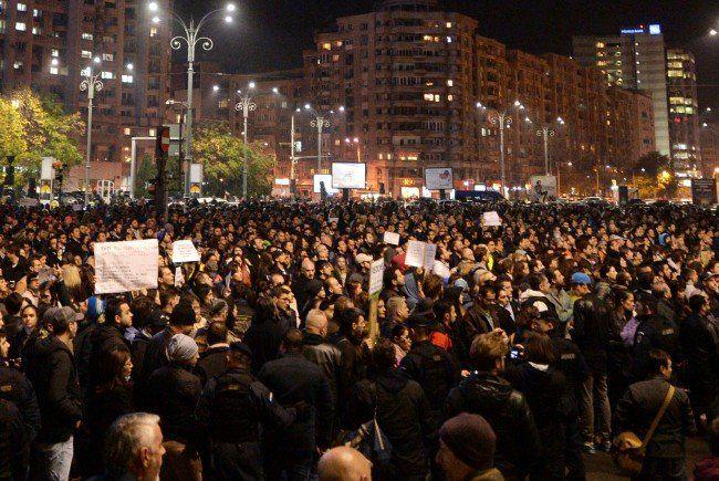 25.000 Menschen gingen in Bukarest nach dem Nachtclub-Brand demonstrieren.