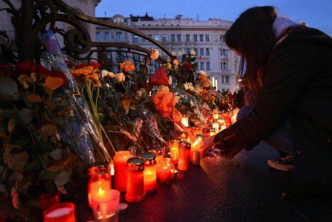 Vor der französischen Botschaft in Wien gedachte man am Sonntag der Opfer in Paris.
