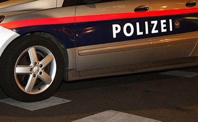 Die Polizei fahndet nach dem Angreifer und seiner Begleitung.