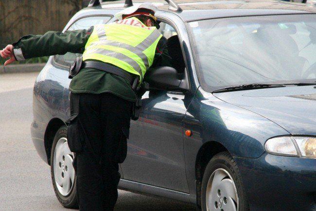 Bei einer Verkehrskontrolle soll der Polizist den Mann verletzt haben.