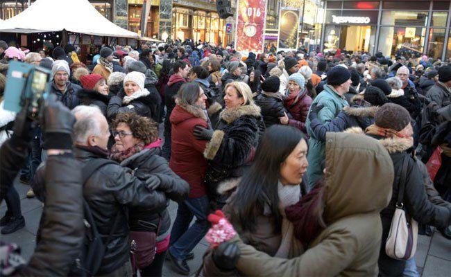 Viele Gäste tummeln sich bereits am Silvesterpfad.