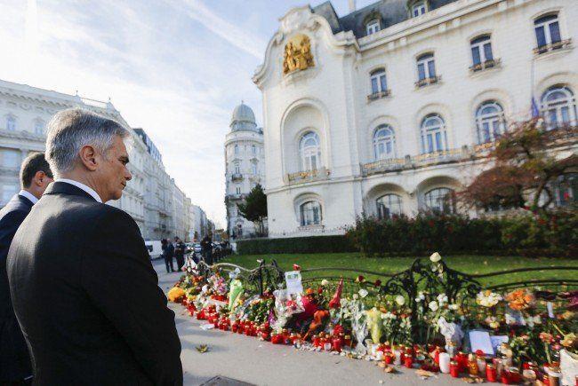 Bundeskanzler Faymann vor der französischen Botschaft.