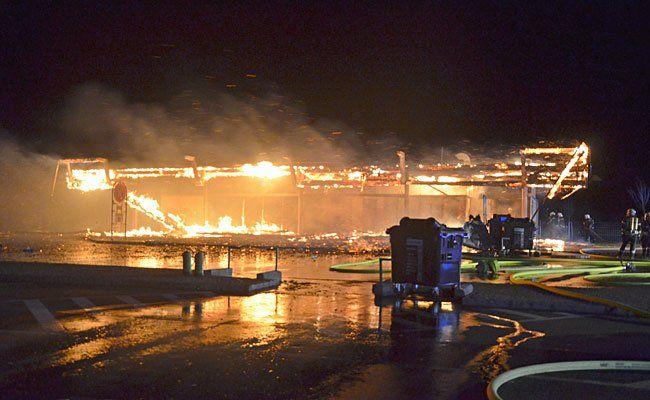 In Flammen: Die Autobahnraststation Fischamend (Bezirk Wien-Umgebung)