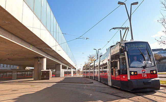 Eine Straßenbahn der Linie 25 ist entgleist
