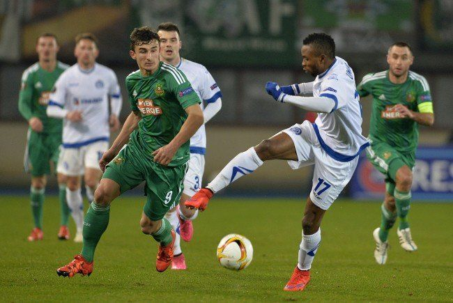 Rapids Matej Jelić im Infight mit Dinamos Umaru Bangura.