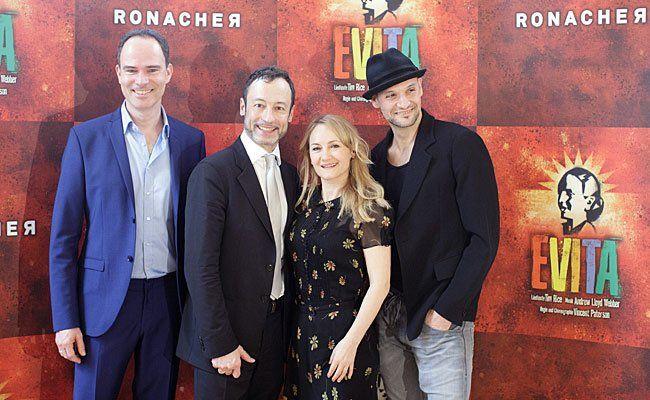 """Die Hauptdarsteller Thomas Borchert, Intendant Christian Struppeck, Katharine Mehrling und Drew Sarich bei der """"Evita""""-Premiere"""