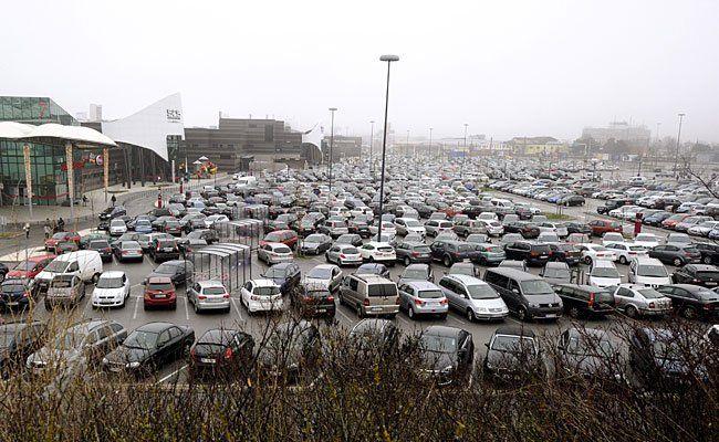 Der Parkplatz der Shopping City Süd (SCS) und viele andere Shopping-Hotspots werden am Samstag überfüllt sein