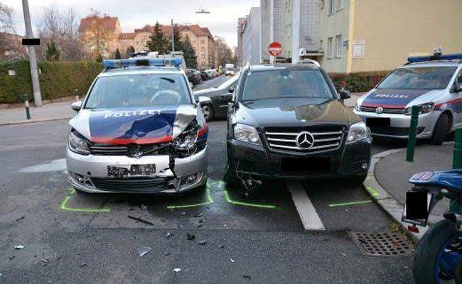 Am Polizeiwagen entstand hoher Sachschaden.