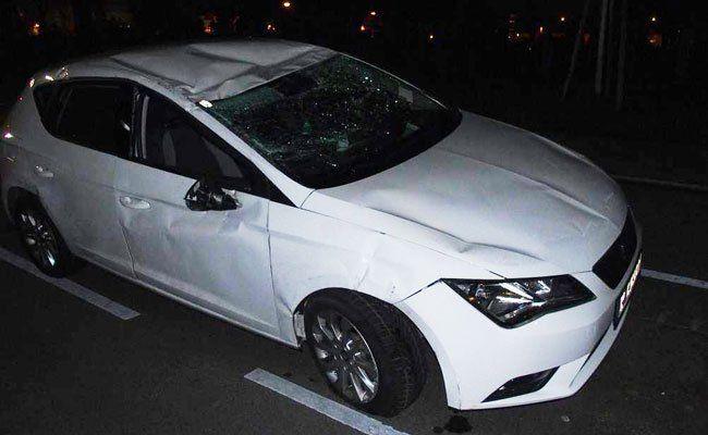 Der Wagen blieb auf dem Dach liegen und trug Schäden davon.