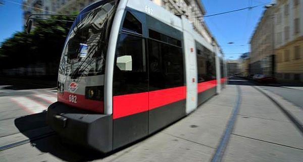 Die 15-Jährige war gegen eine herannahende Straßenbahn gelaufen