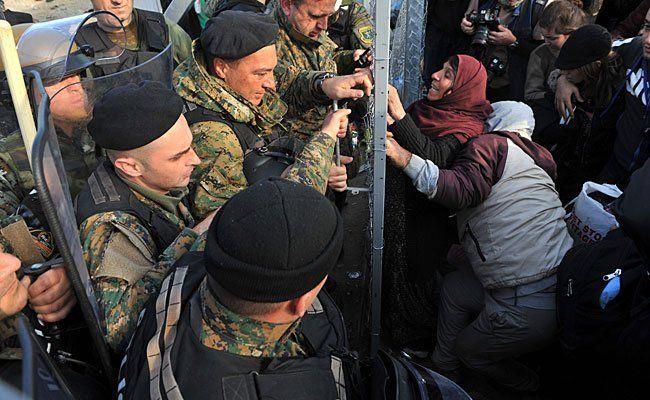 Flüchtlinge am Freitag an der griechisch-mazedonischen Grenze