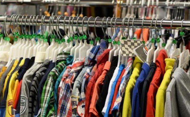 In mehreren Geschäften ließ das Duo Kleidung mitgehen.