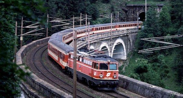Güterzugwaggons auf Südbahn im Semmering-Gebiet entgleist