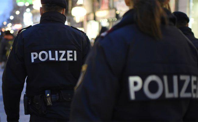 Die Polizisten trennten die Streitenden vor der U-Bahn-Station