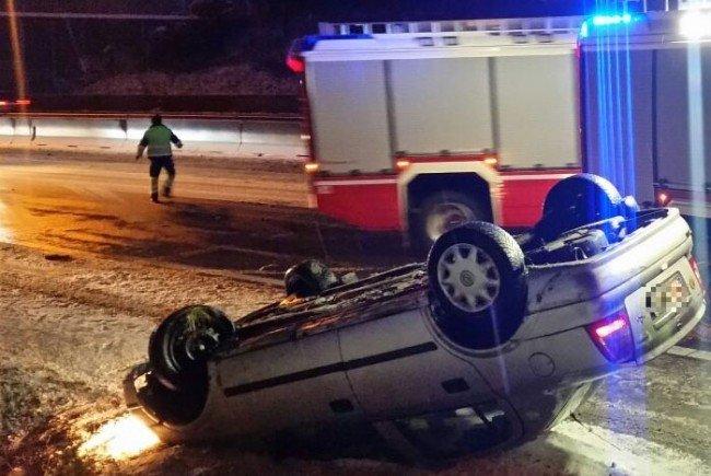 Das Auto kam auf der A23 am Dach zum Stillstand.