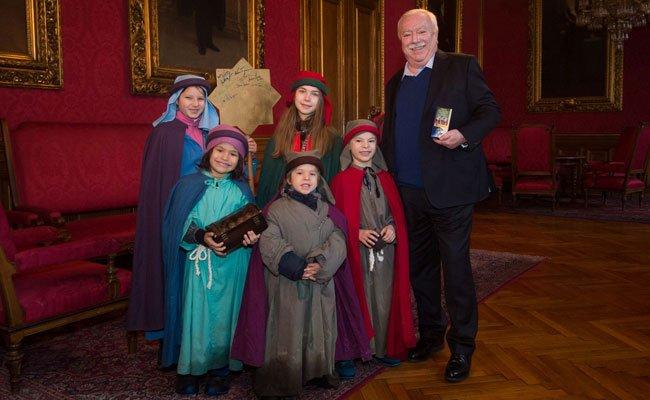 Bürgermeister Michael Häupl mit den Sternsingern der Pfarre Alsergrund.