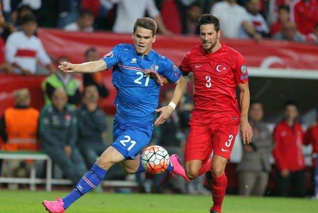 Kjartansson (l.) hier im Zweikampf mit dem Türken Hakan Balta.