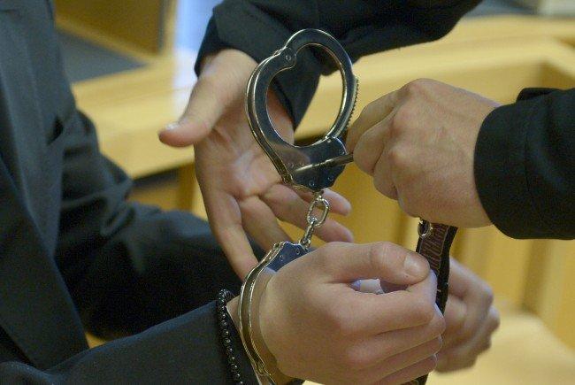 Drei minderjährige Mädchen zu Sex erpresst: Drei Jahre Haft