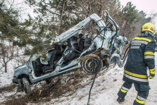 Pkw und Wohnwagen im Bezirk Baden über Böschungen gestürzt