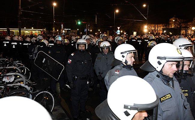 Einsatzkräfte der Polizei bei Protesten gegen den Akademikerball 2015