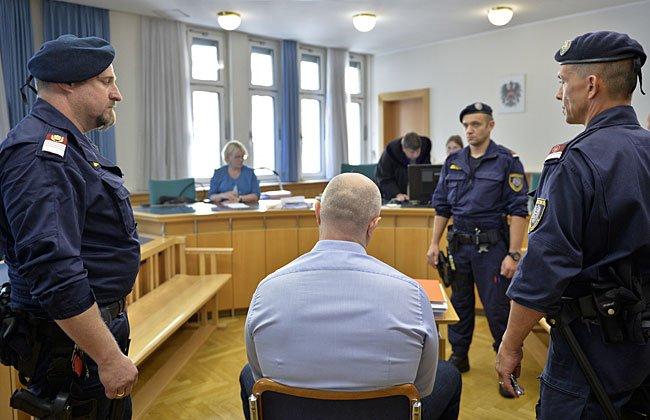 Aslan G. (R) und ein Justizwachebeamter beim Prozess in Wien.
