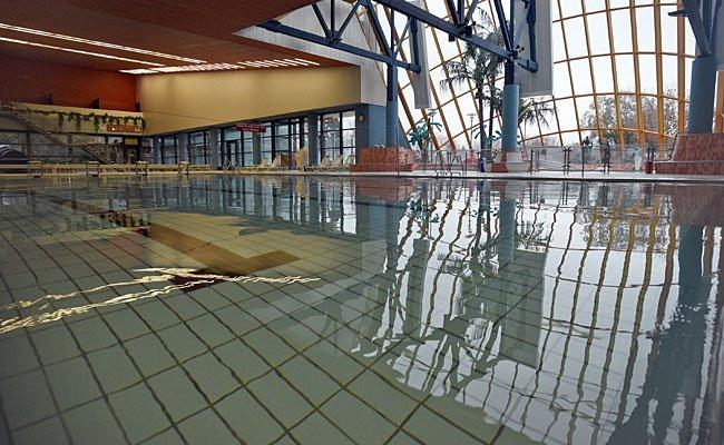 In einem Hallenbad in Korneubirg haben Flüchtlinge jetzt Hausverbot