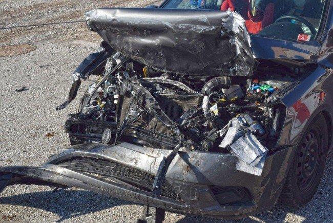 Eines der stark beschädigten Unfallautos in Wiener Neustadt.
