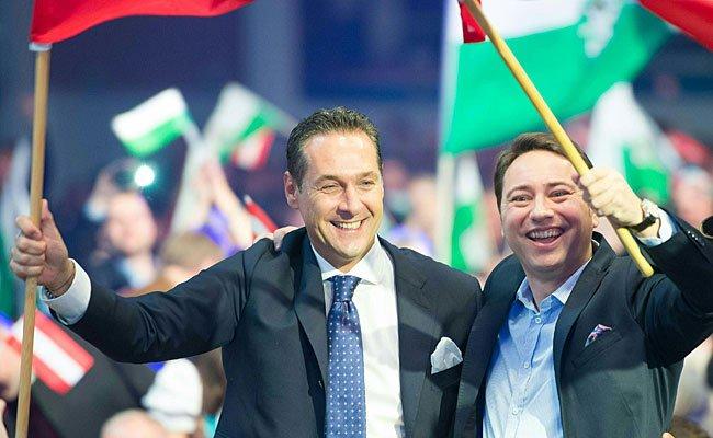 Parteiobmann Heinz Christian Strache (li) und LH Stv. Manfred Haimbuchner am Samstag in Wels